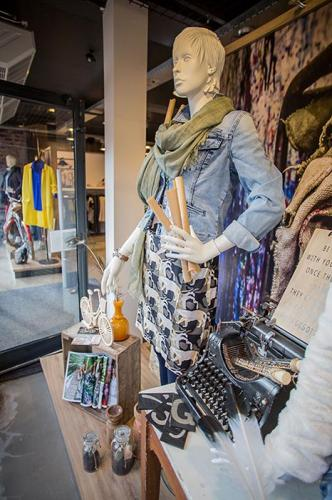 Casey-fashion-fabryk-design-oosterwolde-friesland-etalage-styling-retail